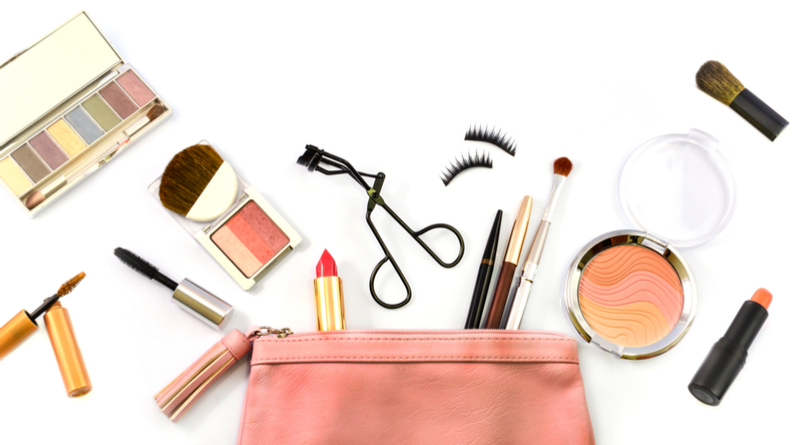 Makeup-Beauty-Essentials-While-Travelling